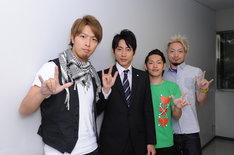 Sonar Pocketと小泉孝太郎。ちなみに親指、人差し指、小指を立てるジェスチャーはアメリカの手話で「I Love You」を表し、日本では楳図かずおのギャグ「サバラ」を意味する。