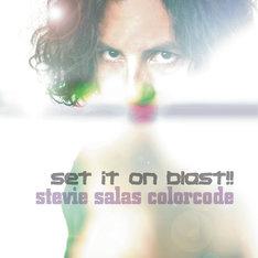 スティーヴィー・サラスは1990年にアルバム「STEVIE SALAS COLORCODE」で日本デビュー。ハードかつファンキーなプレイで、長年にわたりファンから愛され続けている(写真はアルバム「SET IT ON BLAST!!」ジャケット)。