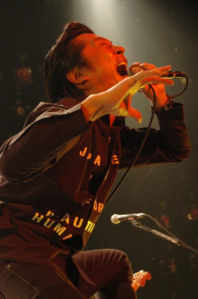 増子は撮影当日、食べた瞬間の本物のリアクションを撮影するため、監督の意向により本番まで商品を一切口にできなかったという(写真は6月28日に赤坂BLITZで開催されたワンマンライブ「プロレタリアン・ラリアットtour 09~チャンピオンカーニバル~」の模様)。