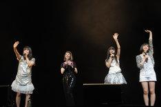"""写真は2009年7月4日に横浜アリーナで行われたHOT STUFF PROMOTION設立30周年イベント「Hot Stuff 30th Anniversary Special Live """"out of our heads""""」の模様。木村カエラとPerfumeはスペシャルユニット「木村カエラ∞Perfume」としてオープニングアクトを務めた。"""