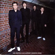 写真はアベフトシが所属していたTHEE MICHELLE GUN ELEPHANTが、2000年にリリースしたアルバム「カサノバ・スネイク」のジャケット。
