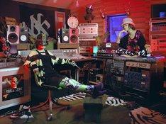 写真は都内のレコーディングスタジオで撮影された最新の2人のショット。YUKIがボーカルから離れ、新曲はどのような布陣で制作されているのかなど、謎は深まる。