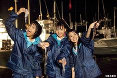 """アカイカ漁に挑戦するのは宮澤佐江(写真左)、野呂佳代(中央)、大島優子(右)の3人。AKB48の中でも""""体育会系""""と言われるチームKの3人がどのように困難に立ち向かうのか、番組をお見逃しなく。"""