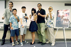 写真左から神威杏次、なべやかん、イジリー岡田、外岡えりか、菅田俊、石井てるよし監督。