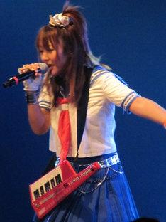 日本に先駆け初披露された新曲「へんじがない、ただのしつれんのようだ。」では、アンプにつまずいてステージ上で転ぶというアクシデントも。