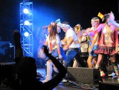 アニメを通じてニッポンの文化に触れたアメリカ人たちと一緒にステージを盛り上げるモモーイ。OTAKU文化は国境を超える。