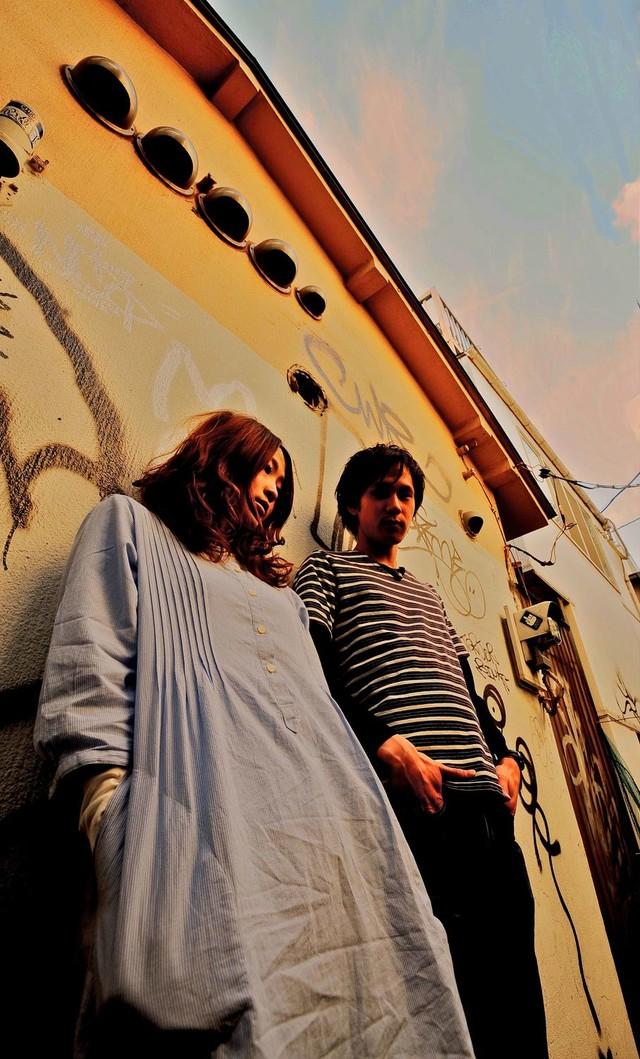 """左がボーカルのMiRu、右がサウンドクリエイターのSun。ユニット名には""""若干ポップ""""という意味合いも込められている。"""