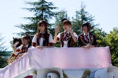 富士急ハイランド園内をパレードでまわる選抜メンバー。