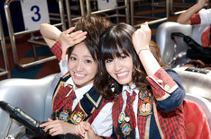 FUJIYAMAに乗れることになり、うれしさを笑顔で表現する大島優子(写真左)と前田敦子(右)。