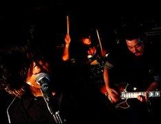 GENERAL HEAD MOUNTAINは2000年に松尾昭彦(Vo,B)を中心に結成され、2003年から現在の編成になったスリーピースのロックバンド。