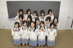 10月10日にはSKE48結成1周年を記念した、初の写真集「SKE48 COMPLETE BOOK 2008-2009」も発売決定。撮り下ろし写真はもちろん、メンバーの詳細なプロフィール、オーディションから初お披露目、初公演、イベントやオフショットなど、激動の1年間が網羅されたバイブル的なアイテムとなっている。