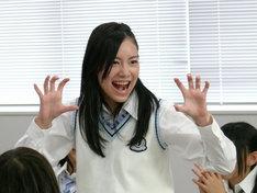 教室内で他メンバーを威嚇する松井珠理奈。