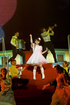 舞踏会の会場では真っ白なドレス姿に。