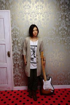 10月7日にニューシングル「It's all too much / Never say die」をリリースしたYUI。この作品は10月19日付のオリコンウィークリーランキング初登場1位を記録し、彼女は女性シンガーソングライターとしては松任谷由実、宇多田ヒカルに続いて史上3人目となるシングル3作連続首位の快挙を成し遂げた。