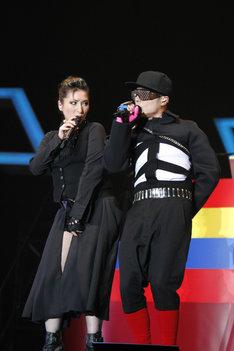 写真は2009年11月15日のライブでのVERBAL(写真右)とLISA(左)。ステージでは「come again」「been so long」といったLISA在籍時代の楽曲から最新ナンバー「SOUND BOY THRILLER feeeeeeeeeeat. LISA」まで、m-floの10年を彩った名曲の数々が披露された。