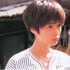 写真は1997年に発表された1stアルバム「川本真琴」ジャケット。岡村靖幸プロデュースによるデビュー曲「愛の才能」や「DNA」「1/2」など10曲を収録。