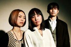 このたび公開された新生MASS OF THE FERMENTING DREGSのアーティスト写真。左から石本知恵美(G,Cho)、宮本菜津子(B,Vo)、吉野功(Dr)だ。
