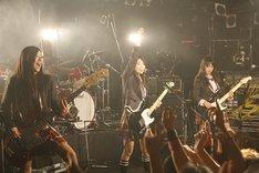 新曲「瞬間センチメンタル」は前向きなメッセージソング。初披露にもかかわらず、会場は熱狂的な盛り上がりとなった。
