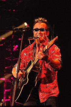 写真は昨年12月に京都会館で行われた「Tsuyoshi Nagabuchi Acoustic Live 30th Anniversary」最終公演の様子。