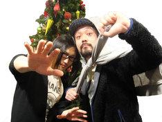 こちらの写真は「髭マニフェスト」を掲げ、意気込むメンバーの写真。バックにはクリスマスツリーが飾られており、若干時期外れなのが気になるところ。