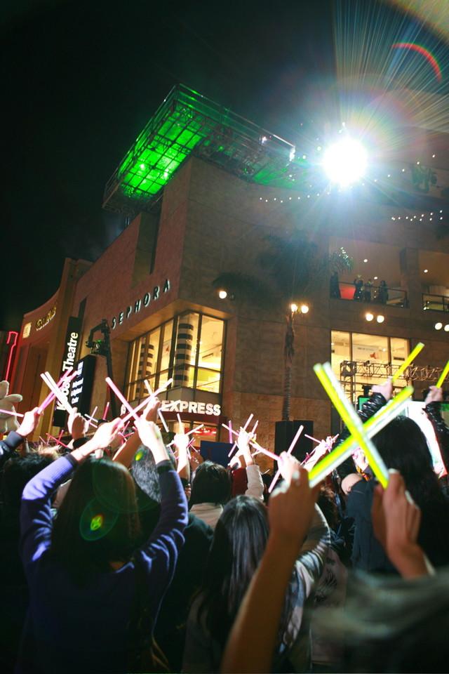 サイリウムを「X」の形に交差させる地元ファン。撮影現場に隣接する「HELLO KITTY SHOP」にも大勢のファンが詰めかけ、「yoshikittyはないの?」と問い合わせが殺到した。
