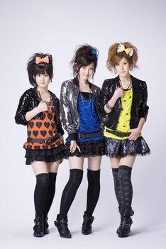 嗣永桃子(Berryz工房/写真左)、鈴木愛理(℃-ute/中央)、夏焼雅(Berryz工房/右)の3人で2007年に結成されたBuono!。