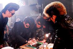 メンバー全員によるCDジャケットの制作風景。