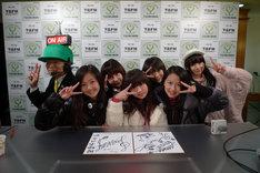 番組を終え、安堵の表情を見せる東京女子流の5人。写真後方左は番組DJのTomoaki、後方右はアシスタントの早野薫。