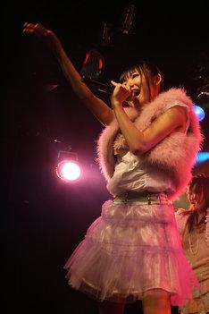 写真は2009年10月25日のチームS 3rd公演「制服の芽」初日での松下唯。