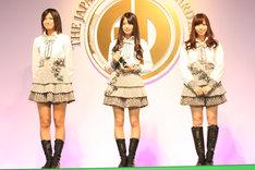 目前に迫った初の横浜アリーナ公演への意欲を語るAKB48の宮澤佐江(写真左)、北原里英(写真中央)、河西智美(写真右)。