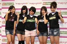合格者発表時には涙を流した新メンバーも、イベント終了後には笑顔で撮影に参加(写真左から倉田瑠夏、伊藤祐奈、野元愛、後藤郁、尾島知佳)。
