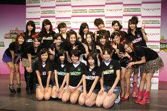 新メンバー5人(写真前列)を囲んで、笑顔で記念撮影に臨んだアイドリング!!!。今回の4期生加入により、過去最多の20人編成となった。