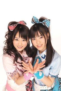 ゆいかおりは2009年9月に、とらのあな限定シングル「恋のオーバーテイク」を発売。本格的なCDリリースはこれが初となる(写真左から小倉唯、石原夏織)。