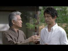 言葉少なに、表情と仕草で感情を伝え合う菅原文太(写真左)と江口洋介(右)。「近道なんてないですよね?」「遠回りも、いいもんだ」。