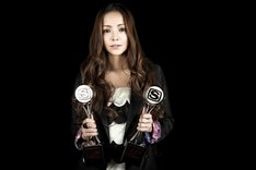 安室奈美恵は、久保茂昭が監督した「FAST CAR(from「PAST < FUTURE」)」のミュージックビデオで「BEST VIDEO OF THE YEAR」「BEST ART DIRECTION VIDEO」を受賞。