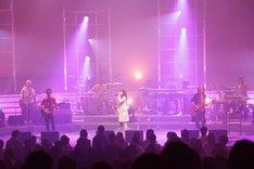 写真は「みなさんこんにつあー!!2010 全国あんぎゃー!!~ハジマリノウタ~」初日の埼玉県三郷市文化会館公演の模様。このツアーは9月29日の長野県ホクト文化ホールまで全60公演という、いきものがかりにとって最大の規模で行われる。