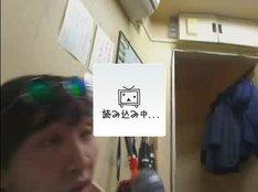 渋谷駅前交番で事情聴取を受ける神聖かまってちゃん・の子(写真は配信強制停止後のニコニコ生放送の画面)。