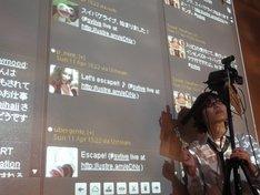 会場内は無線LANが開放され、プロジェクターにはTwitterの画面がリアルタイムで投影された。