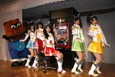 会見では「ぱちんこ必殺仕事人III 15R搭載 竜バージョン」(写真後方)のオススメポイントの紹介も行われた。