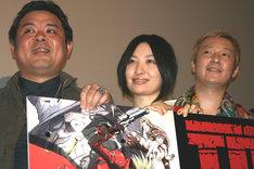 写真は、去る4月24日に池袋サンシャインシネマで行われた「劇場版 TRIGUN -Badlands Rumble-」舞台挨拶の模様。左から内藤泰弘、坂本真綾、小野坂昌也。