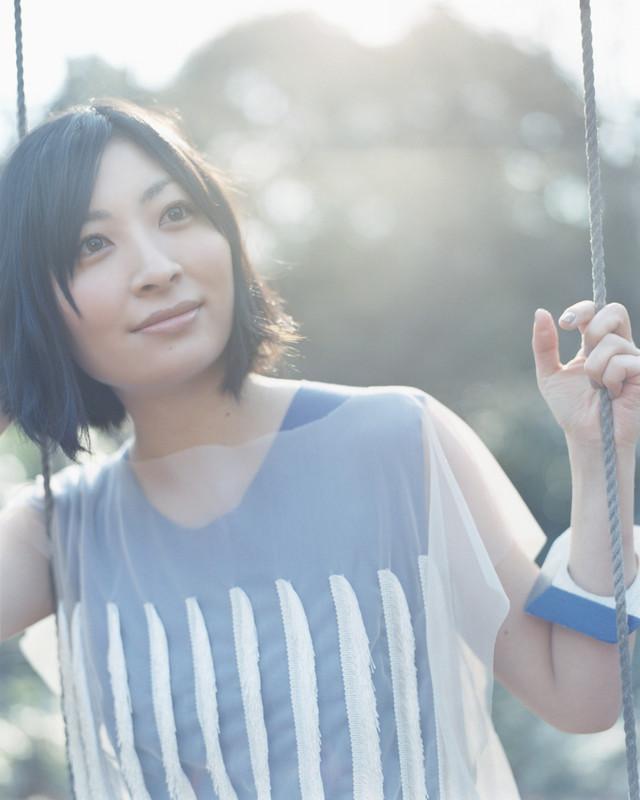真綾自身もピアノを弾き始めたのはごく最近。3月31日に行われた武道館ワンマンライブでは、弾き語りで自作曲「everywhere」を披露した。