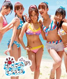 AKB48のニューシングル「ポニーテールとシュシュ」は、6月7日付けオリコンウィークリーチャートで初登場1位を獲得。発売初週で51万枚以上を売り上げ、女性グループとしてはモーニング娘。「恋愛レボリューション21」以来9年5カ月ぶりに初動50万枚突破の記録を達成した(写真はシングル通常盤Type-Bのジャケット)。