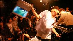 写真はタワーレコード渋谷店インストアライブの模様。