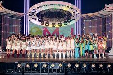 総勢59人がステージ上に勢揃い。写真左からアイドリング!!!、AKB48、スマイレージ、東京女子流、バニラビーンズ、モーニング娘。、ももいろクローバー。