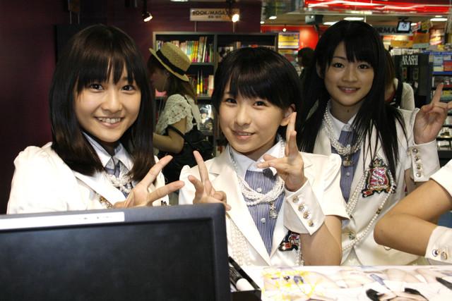 作業中にカメラを向けると、笑顔を見せる和田彩花(写真左)、福田花音(中央)、前田憂佳(右)。