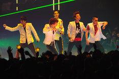BIGBANGは最優秀新人アーティストビデオ賞を獲得した「ガラガラ GO!!」に加え、妹分2NE1も飛び入りして「Fire」をパフォーマンス(写真提供MTV JAPAN)。