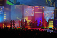 授賞式は、EXILEにDOBERMAN INCを混じえた総勢19人の「24karats STAY GOLD」で華々しく幕開け(写真提供MTV JAPAN)。