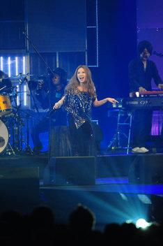 イベントの大トリを飾ったSuperflyのライブでは、「Alright!」と新曲「Roll Over The Rainbow」の2曲を披露。これが彼女にとって今年初ライブとなった(写真提供MTV JAPAN)。
