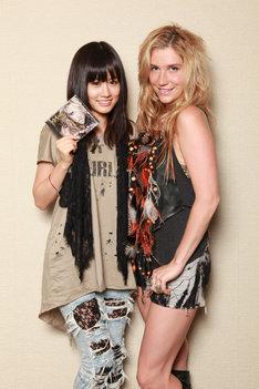 KE$HA(写真右)のファッションスタイルにあわせた服装で対談に臨んだ前田敦子(左)。