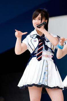 小野恵令奈の卒業を記念した写真集やDVDも発売。11月には彼女が出演した映画「さんかく」のDVD発売記念イベントも予定されている(写真は6月13日によみうりランドで行われた全国握手会イベントより)。